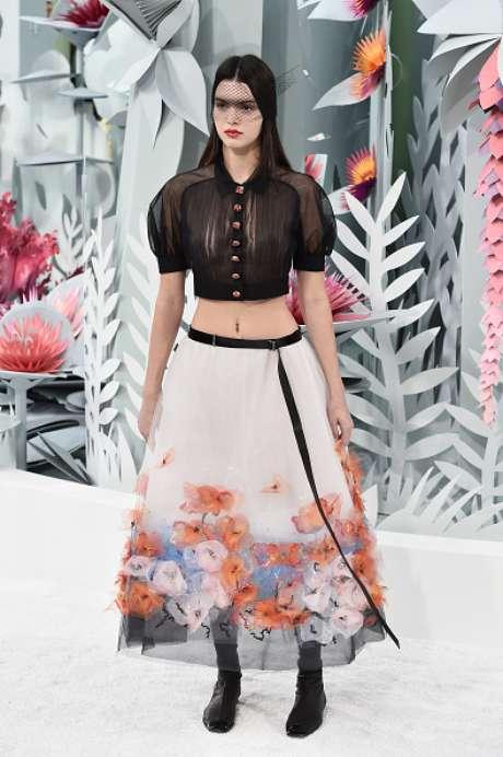 Kendall Jenner, irmã de Kim Kardashian, mostrou saia com aplicação de flores na barra e blusa cropped