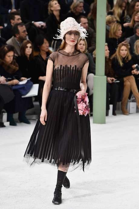 A modelo e atriz francesa Audrey Marnay, de 34 anos, exibe modelo preto com detalhe florido