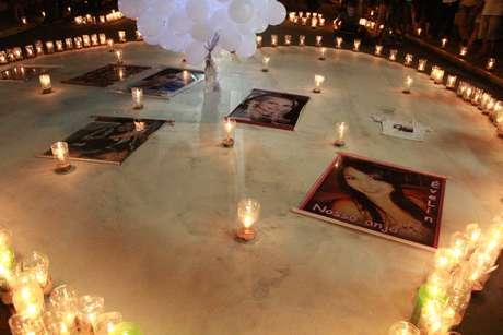 Amigos e familiares das vítimas prestaram homenagem na madrugada desta terça
