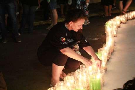 Foram acendidas centenas de velas para lembrar dos mortos naquele janeiro de 2013