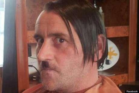 Lutz Bachmann, que aparece nesta foto imitando Hitler, tem várias passagens pela polícia