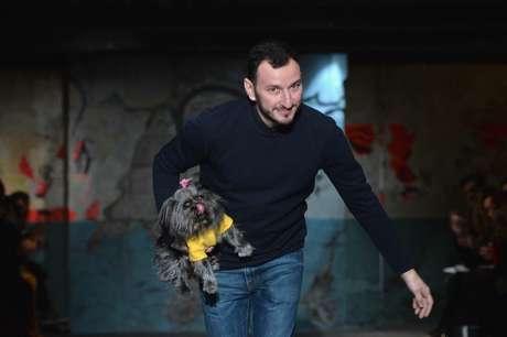 Serkan Cura entra no final do desfile carregando seu cachorrinho no colo