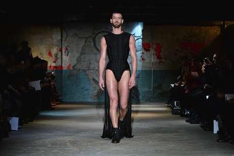 Modelo masculino desfila body acinturado e com cauda criado por Serkan Cura para seu desfile de alta-costura