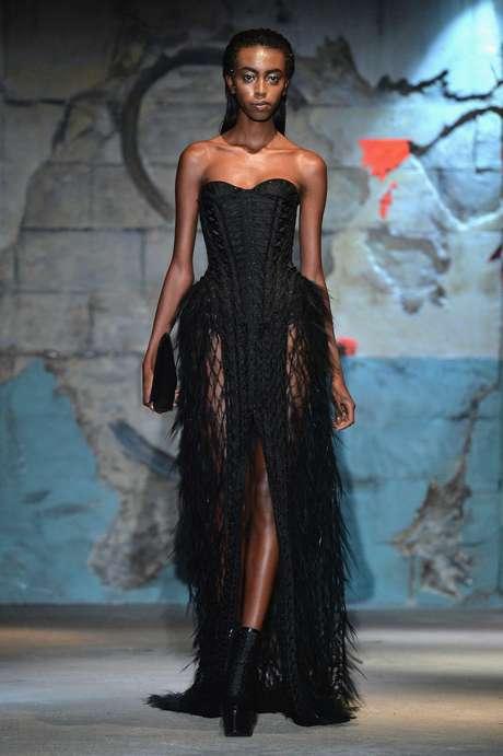 Look feminino de Serkan Cura segue a linha desfilada pelo modelo com barba e bigode da foto anterior