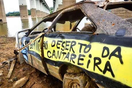 <p>Carro abandonado em represa do Sistema Cantareira, na Grande São Paulo</p>