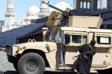 Combatente do grupo Houthi inspeciona um veículo militar tomado do Exército durante confrontos, no lado de fora do palácio presidencial em Sanaa, no Iêmen, nesta quinta-feira. 29/01/2015