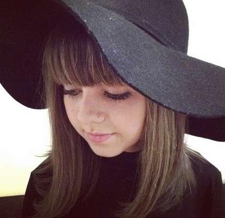 O chapéu com abas largas e onduladas deu um ar clássico e elegante à atriz