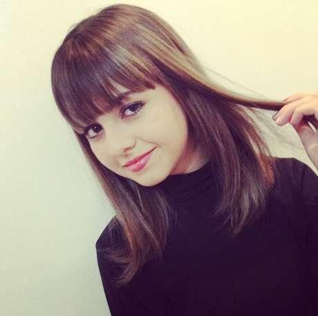 Klara Castanho exibe cabelo médio, liso e iluminado por mechas douradas discretas