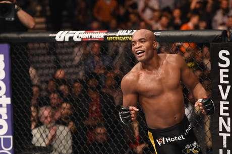 Anderson Silva vibra com vitória sobre Nick Diaz no UFC 183