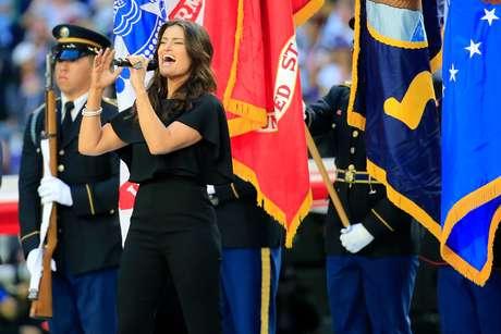 Idina Menzel cantou o hino americano antes do jogo