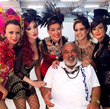 <p>Atrizes posaram ao lado de Roberto Bonfim</p>