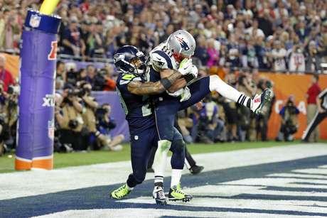 Sob marcação cerrada, Danny Amendola recebeu passe de Tom Brady que recolocou Patriots no jogo no último quarto