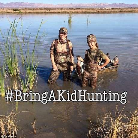 Jen Cordaro ensina crianças a caçar e promove seu trabalho em sua página no Facebook