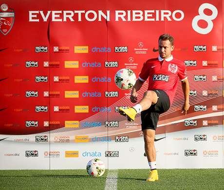 <p>Everton Ribeiro jogar&aacute; no futebol &aacute;rabe</p>