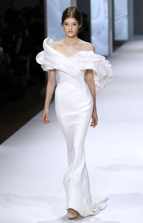 Este modelo da grife Ralph&Russo é para noivas que querem fugir do tradicional vestido com saia ampla. Detalhe no decote exclui necessidade de véu