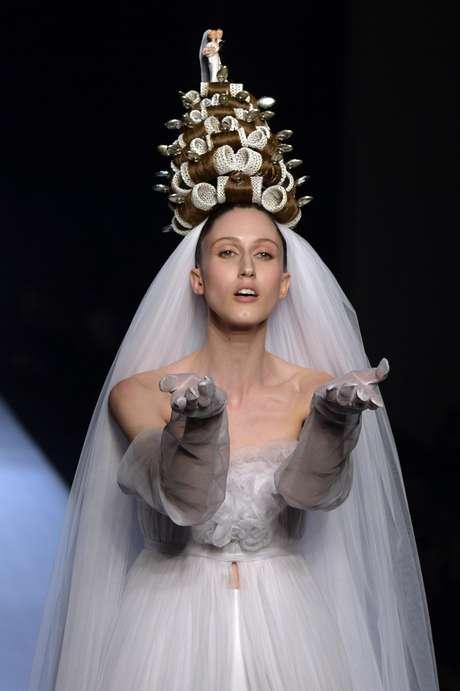 Detalhe do enfeite de cabeça proposto por Jean Paul Gaultier: para noivas mais do que modernas