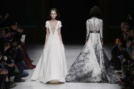 A aparente simplicidade do vestido e Julien Fournié é quebrada com o decote em V profundo, para noivas mais corajosas