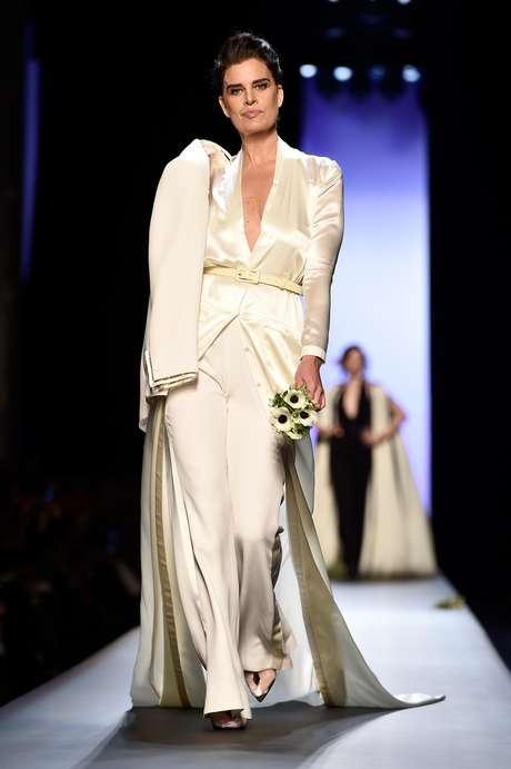 Para as noivas mais velhas, Jean Paul Gaultier propõe calça comprida e casaco com cauda e decote V
