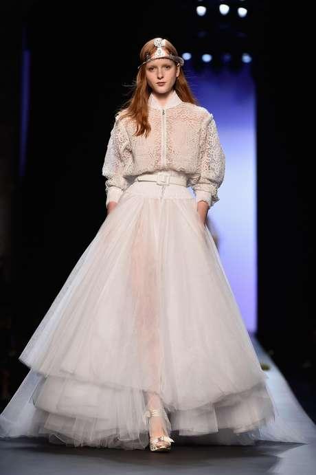 Jean Paul Gaultier celebrou o casamento em seu desfile de alta-costura para noivas de vários estilos, como esse modelo de pegada esportiva, com jaqueta tipo bomber, cinto e saia ampla de tule com várias camadas