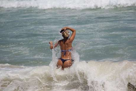 Robertha Portella mostrou toda a sua boa forma física na praia da Barra da Tijuca, nesta terça (3)