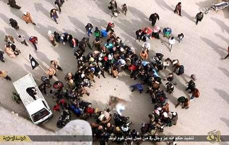 Multidão atirou pedras no homem acusado pelo grupo terrorista Estado Islâmico