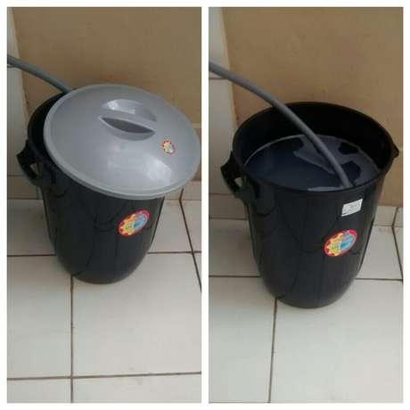 Moradora de Divinópolis utiliza balde de 60 litros para reutilizar água da máquina de lavar