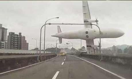 Motoristas registraram a passagem do avião pelo viaduto momentos antes da queda