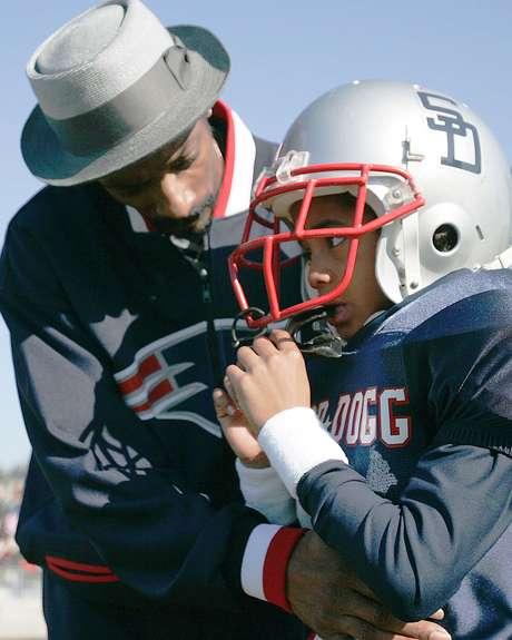 <p>Snoop Dog orienta filho Cordell Broadus durante a infância: jogador está na rota para chegar àNFL</p>