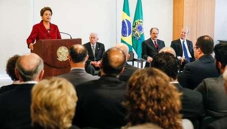 Dilma Rousseff discursa durante posse do novo ministro da Secretaria de Assuntos Estratégicos (SAE), Roberto Mangabeira Unger