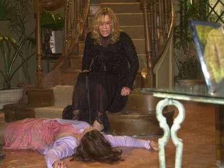 Nazaré (Renata Sorrah) matou mais de um personagem em 'Senhora do Destino' empurrando-os escada abaixo
