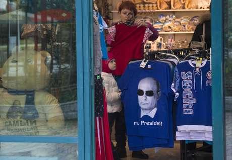 <p>Vendedora em Sochi ainda tem produtos dos Jogos de Inverno realizados há um ano</p>
