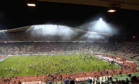 <p>Torcida do Galatasaray invadiu gramado para agredir jogadores</p>