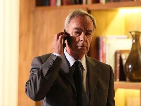 <p>O advogado Merival atende o telefone, para espanto do Comendador</p>