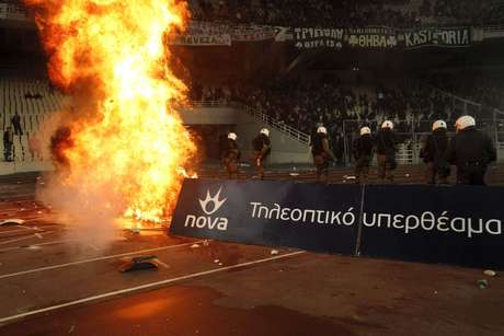 <p>Panathinaikos não tinha torcida rival, mas brigou com polícia</p>