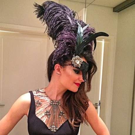 Sophia Alckmin exibe parte da fantasia usada no baile da Vogue em 6 de fevereiro