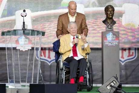 Steve acompañó fue testigo de honor cuando su padre Ed fue inducido al Salón de la Fama de la NFL (2011).