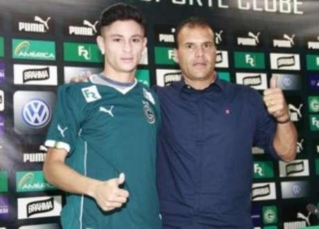 Diogo Barbosa ao lado do gestor de futebol Harlei Menezes