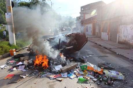 <p>Moradores colocaram fogo em um carro e pedaços de madeira em protesto contra a reiteração de posse</p>