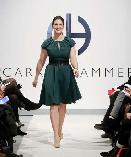 Várias mulheres reais fazem parte do desfile de Carrie Hammer