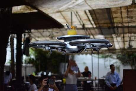 <p>Após sucesso de tablets e tecnologias, estabelecimentos comerciais de Singapura começam a testar uma nova tecnologia: drones-garçons</p>