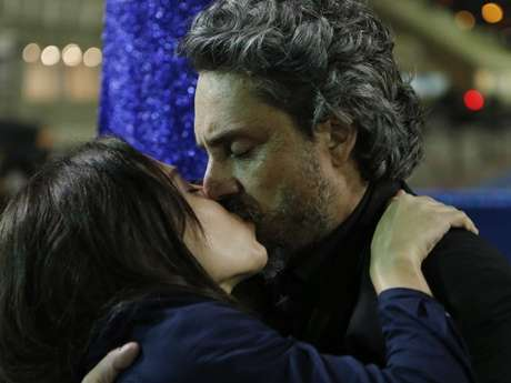 Zé beija Cora durante o desfile