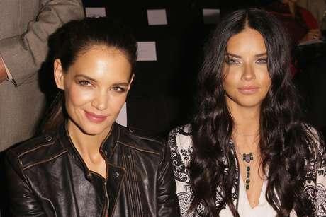A atriz Katie Holme (esq.) e a modelo Adriana Lima, garota-propaganda da Desigual, prestigiaram o desfile da grife
