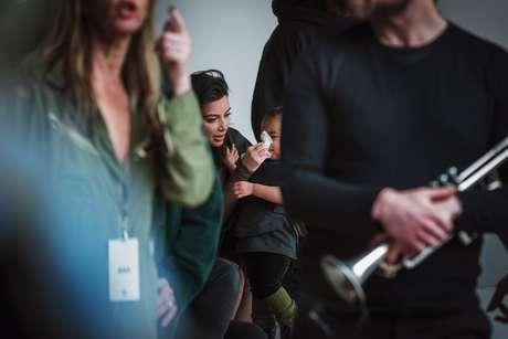 Kim cuidou da filha durante o evento