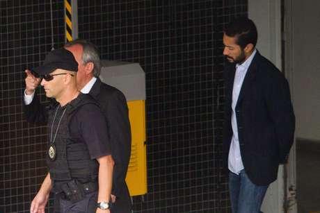 O lobista Fernando Soares, mais conhecido como Fernando Baiano, deixando a sede da Polícia Federal em Curitiba (PR) na manhã desta sexta-feira (13)