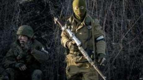 Atirador de elite separatista em Debaltseve (foto: AP)