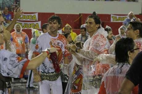 <p>Guga e Rafael Nadal atravessaram o sambódromo com a Viradouro</p>