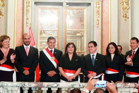 <p>Presidente do Peru, Ollanta Humala (com a faixa presidencial) com os ministros, durante cerimônia em Lima</p>