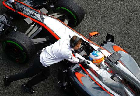 Piloto da McLaren Fernando Alonso no circuito de Jerez durante testes da pré-temporada da F1. 03/02/2015
