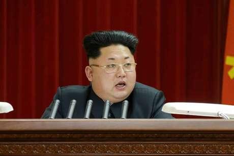 Kim estava de óculos de grau, algo inovador, mas o que realmente chamou a atenção foi o novo estilo adotado no cabelo e sobrancelhas