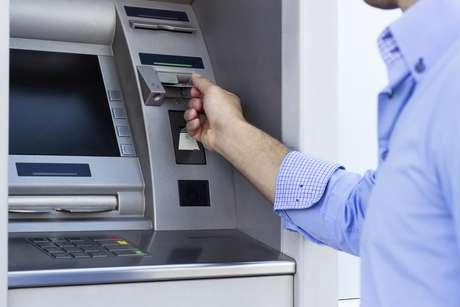 Para abertura é necessário preencher a ficha-proposta de abertura de conta, que é o contrato firmado entre banco e cliente, e apresentar os originais documento de identificação, CPF e comprovante de residência